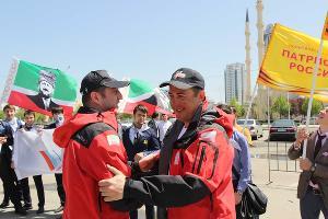 Чеченские альпинисты подняли Знамя Победы на Казбек