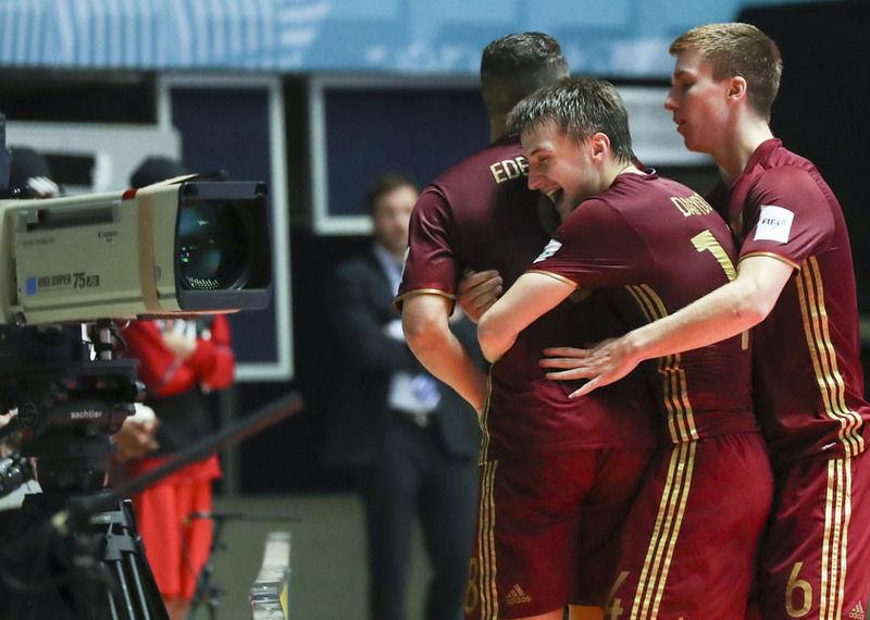 Россия вышла в полуфинал чемпионата мира по мини-футболу, обыграв сборную испании