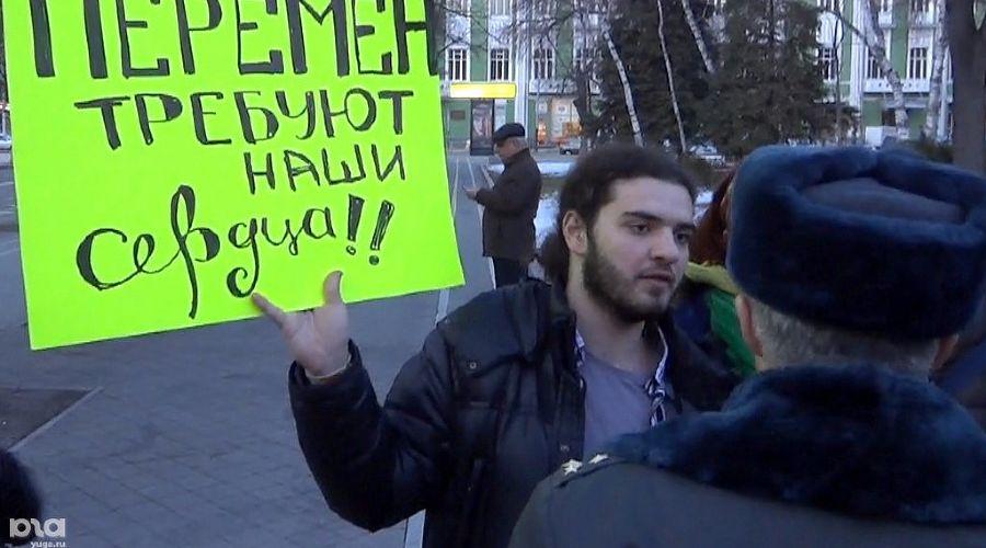 """Акция """"Белая лента"""" в поддержку честных выборов в Краснодаре ©Фото Юга.ру"""
