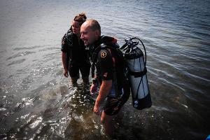 Водолазы отправляются к месту подводных раскопок ©Елена Синеок, ЮГА.ру