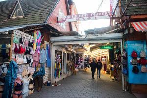 Торговые ряды вещевого рынка ©Фото Елены Синеок, Юга.ру