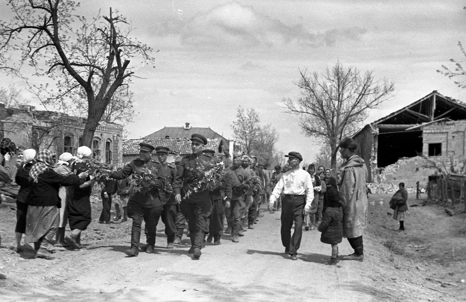 Жители Крымской встречают своих освободителей, май 1943 г.