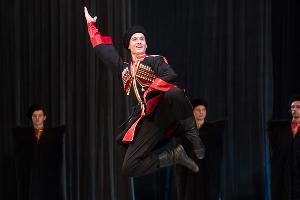 Концертный номер «Дружба» в исполнении ансамблей народных танцев «Кубань» и кавказских танцев «Зихи» ©Фото Елены Синеок, Юга.ру