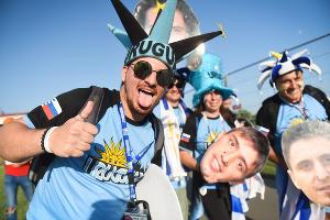 Фанаты перед победным матчем Уругвая на стадионе «Фишт» ©Фото Елены Синеок, Юга.ру