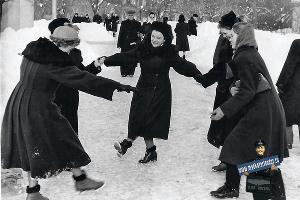 Хоровод в сквере им. К.Е. Ворошилова, зима 1956–1957 ©Фото из семейного архива И.Гайдашева, myekaterinodar.ru