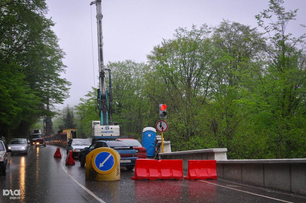Сейчас из-за ремонтов полотна и ДТП дорога в Сочи занимает достаточно много времени ©Фото Юга.ру
