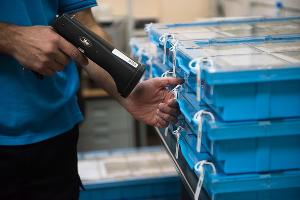 Сканирование кодов кассет во время приема денежных средств от инкассаторов ©Фото Елены Синеок, Юга.ру