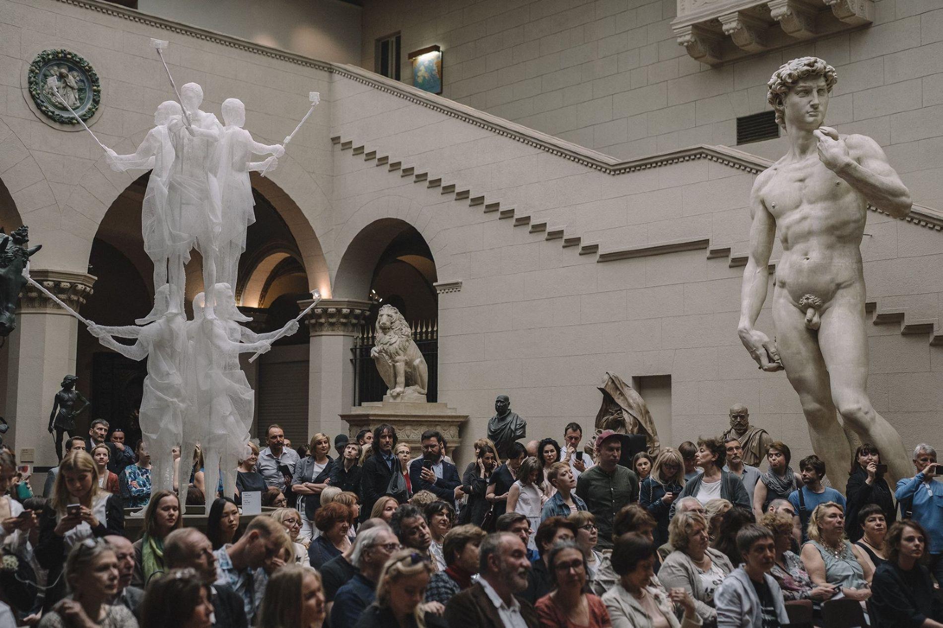 Открытие выставки арт-группы Recycle в Пушкинском музее в 2017 году ©Фото со страницы Triumph Gallery в фейсбуке, facebook.com/triumphgallery