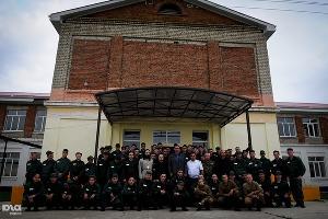 Виталий Кличко сфотографировался на память с воспитанникми Белореченской колонии на пороге школы ©Елена Синеок. ЮГА.ру