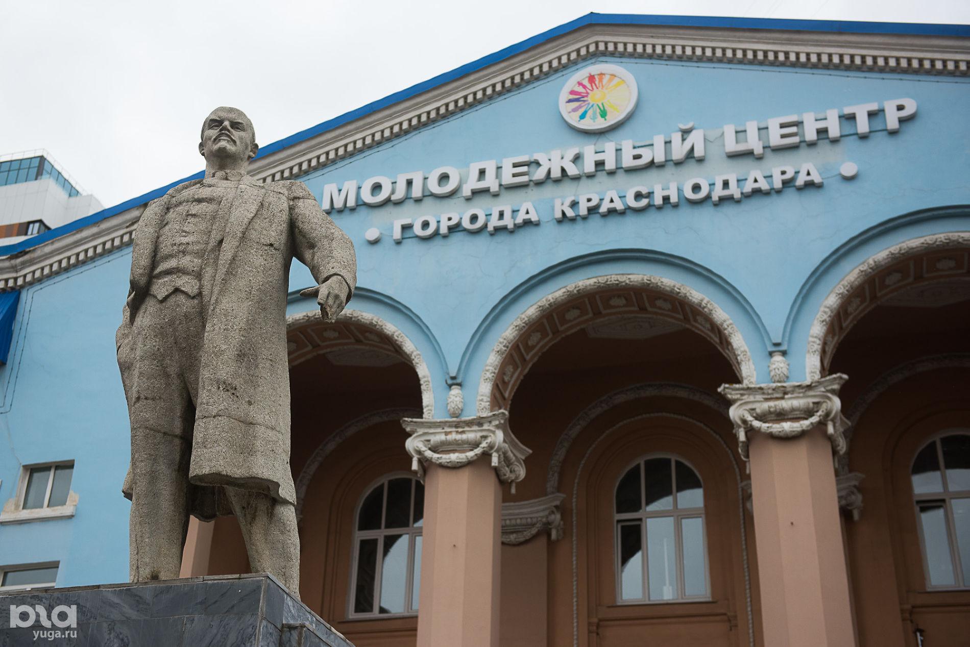 Памятник Ленину перед бывшим ДК КСК на улице Сормовской ©Фото Елены Синеок, Юга.ру