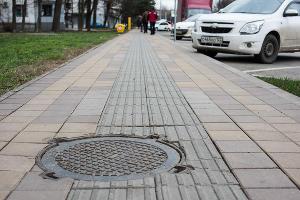 Направляющая плитка на улице Ставропольской ©Фото Елены Синеок, Юга.ру