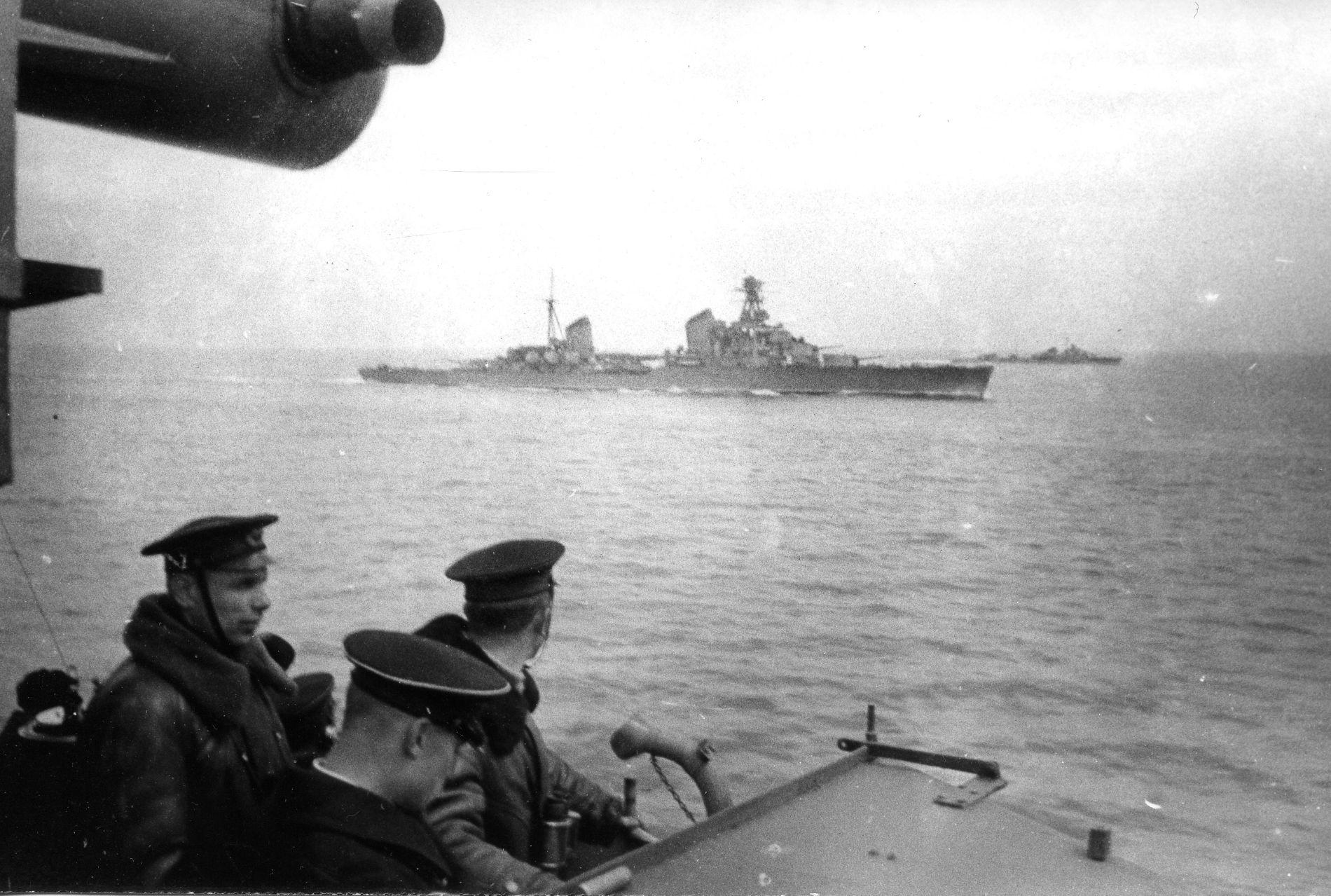 Крейсер «Ворошилов» и эсминец «Беспощадный» в походе. Фото с эсминца «Бойкий», ноябрь 1942 года ©Фото с сайта http://waralbum.ru