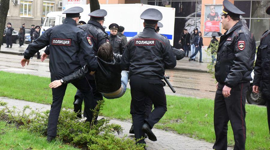 Задержание участника шествия на ул. Красной ©Фото Елены Синеок, Юга.ру