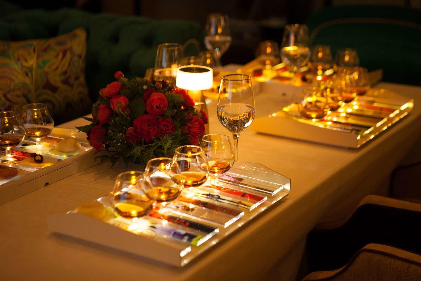 Сервировка стола в ресторане «Брунелло», г. Сочи ©Фото с сайта brunellosochi.ru