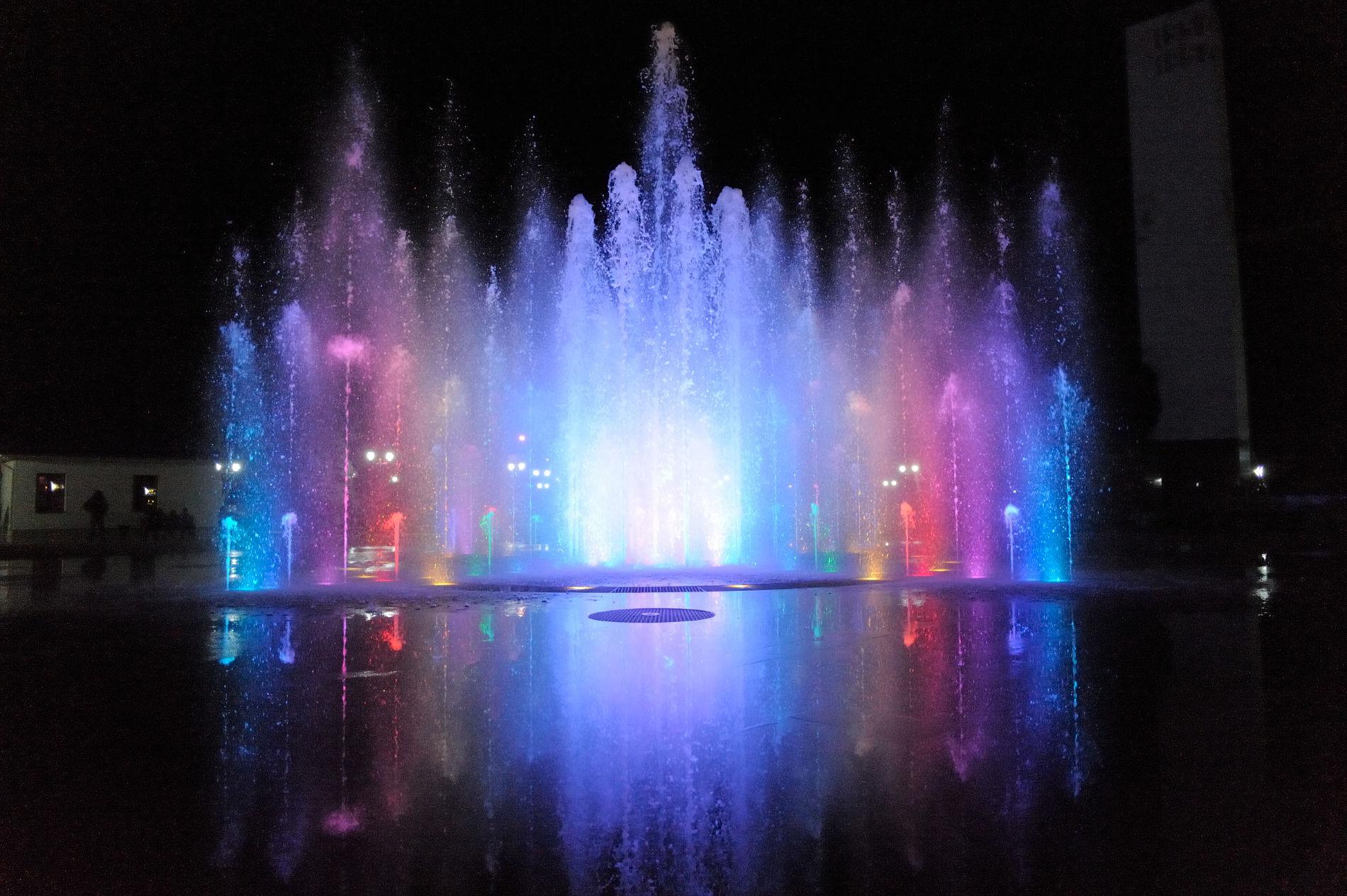 Светомузыкальный фонтан на площади Дружбы ©Фото пресс-службы администрации Майкопа
