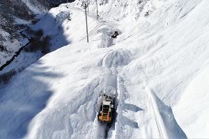 Дорожники расчищают Транскам от снега ©Фото пресс-службы ФКУ Упрдор «Кавказ»