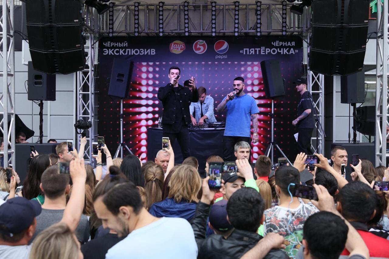 TERNOVOY (слева) и Тимати на концерте у черной «Пятёрочки» ©Фото пресс-службы торговой сети «Пятёрочка»