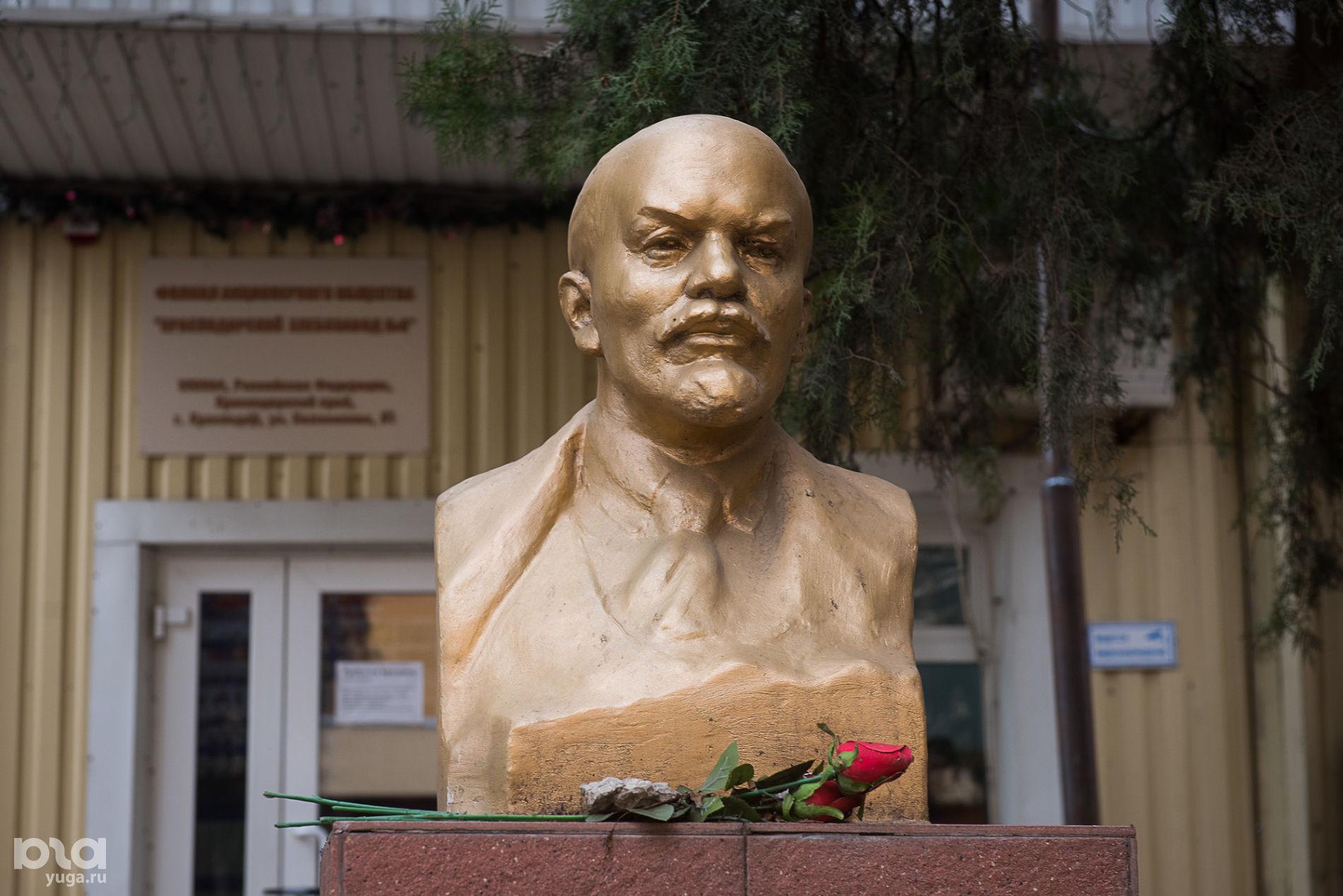 Бюст Ленина перед Хлебозаводом № 3 на улице Кожевенной ©Фото Елены Синеок, Юга.ру