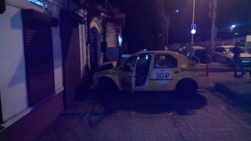 ВСтаврополе таксист врезался встену— Авария сшашечками