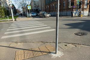 Плитка, предупреждающая об остановке перед дорогой на ул. Красной. Столб не обозначен, как препятствие ©Фото Елены Синеок, Юга.ру