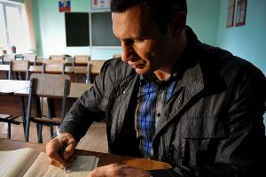 Виталий Кличко оставляет памятную запись в Белореченской воспитательной колонии ©Елена Синеок. ЮГА.ру