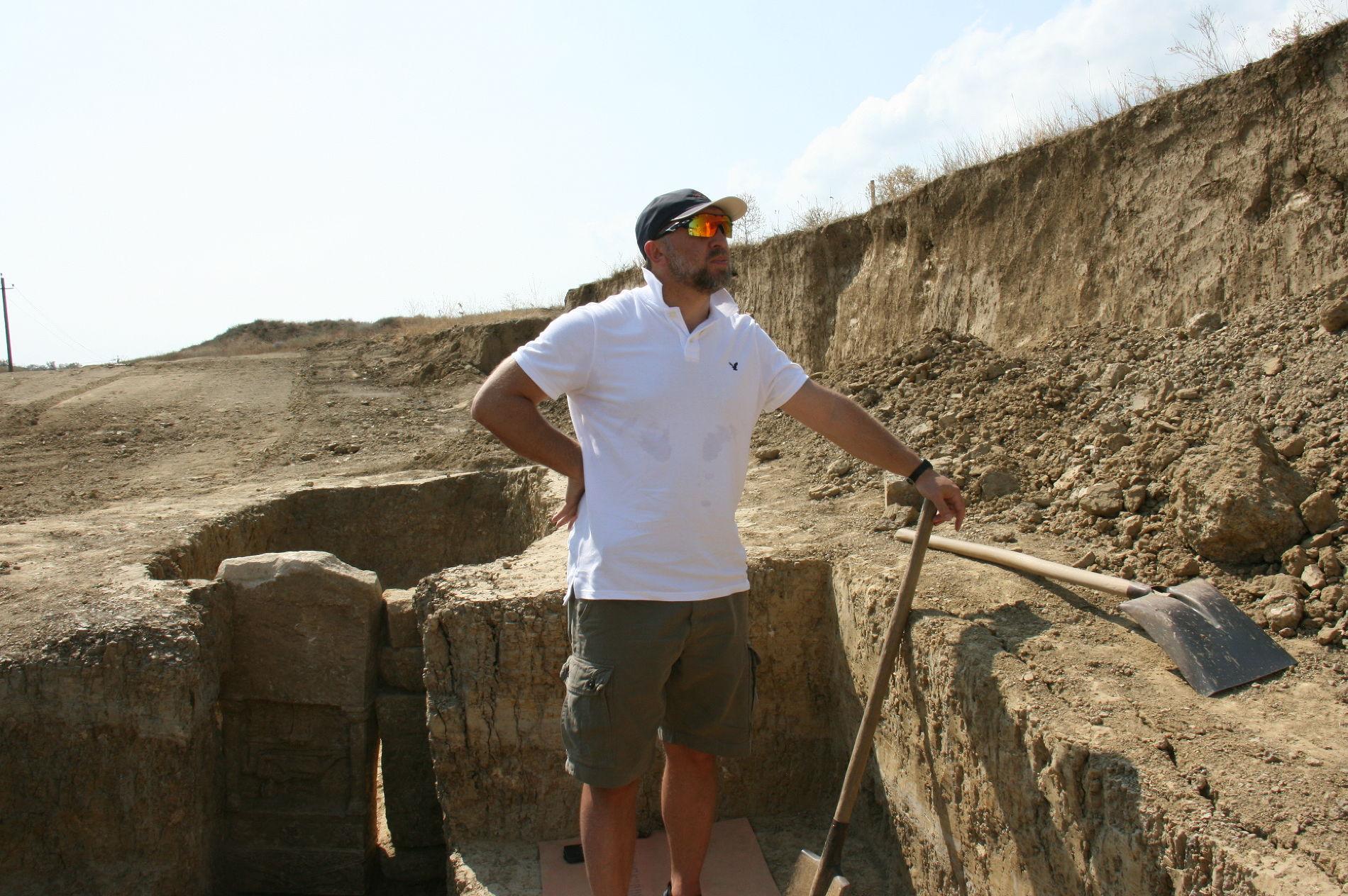 Олег Дерипаска на раскопках в Фанагории (Таманский п-ов) ©Фото пресс-службы компании «Базовый Элемент»