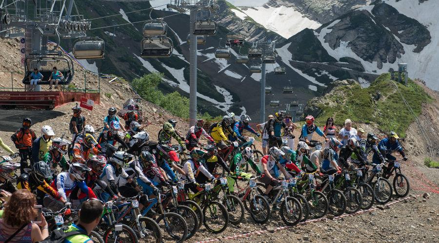 Массовый спуск на горных велосипедах «Мегалавина» ©Фото пресс-службы курорта «Горки Город»