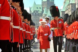 Королева Англии Елизавета II и гвардейцы Букингемского дворца ©Фото с сайта royal.uk