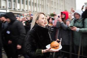 Тимати раздал бесплатно бургеры в честь открытия ресторана Black Star Burger в Краснодаре ©Фото Елены Синеок, Юга.ру