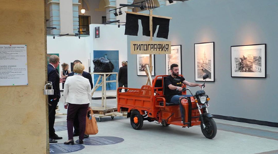 Инсталляция арт-группировки ЗИП на Cosmoscow ©Фото культурного центра «Типография»