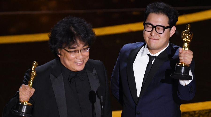 Режиссер «Паразитов» Пон Чжун Хо и сценарист Хан Джин Вон ©Фото с сайта oscar.go.com