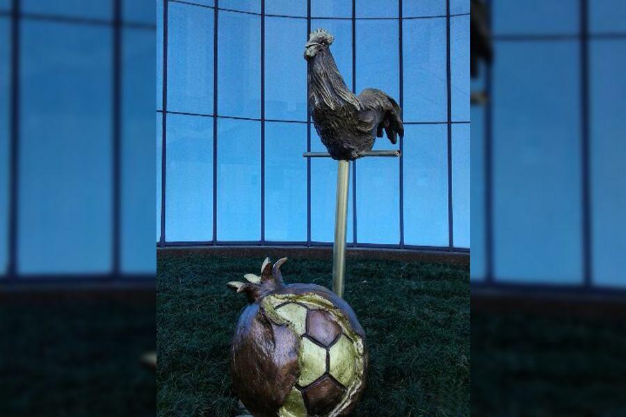 Скульптура петуха-футболиста вСочи принесет удачу русской команде