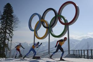 Александр Легков на дистанции эстафеты в соревнованиях по лыжным гонкам ©РИА Новости