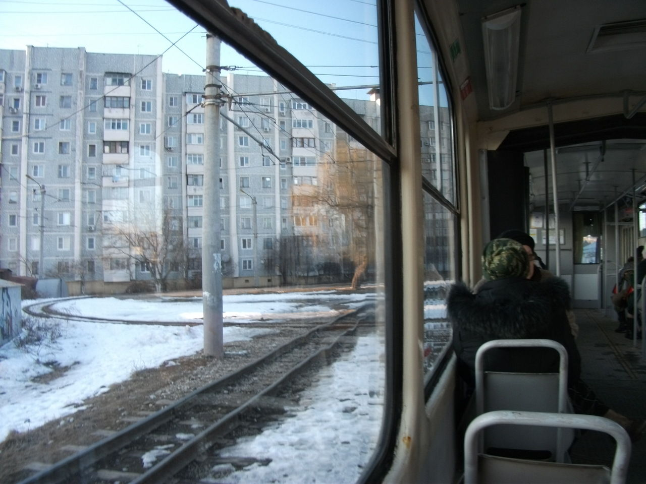 ВПятигорске безбилетник убежал изтрамвая, разбив окно
