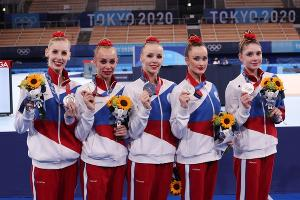 Команда России по художественной гимнастике (Алиса Тищенко крайняя справа) ©Фото из твиттера Олимпийского комитета России, twitter.com/Olympic_Russia