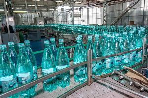 Бутылки с минеральной водой «Новотерская целебная» на заводе «Кавминводы» ©https://vk.com/novoterskaya.russia
