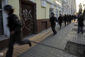 Полиция усиляет оцепление на митинге сторонников Олега Шеина в Астрахани ©Михаил Мордасов. ЮГА.ру