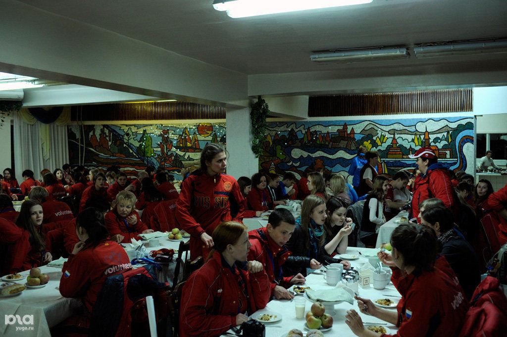 """Волонтеры ужинают в столовой санатория """"Прогресс"""" после тяжелого рабочего дня"""