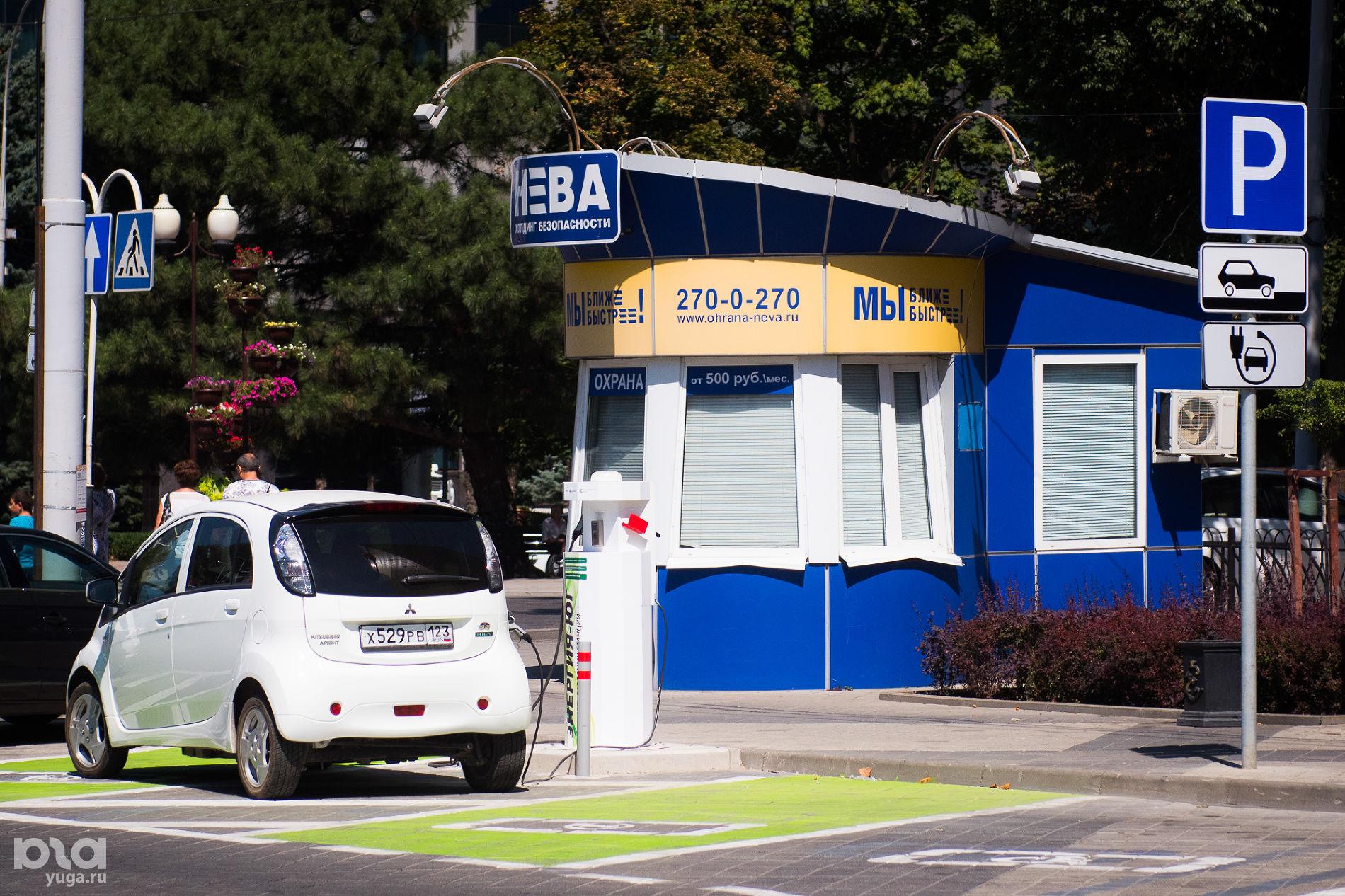 Зарядная станция для электрокаров ©Фото Елены Синеок, Юга.ру