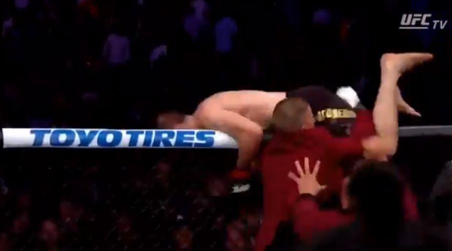 Хабиб выходит за сетку, чтобы начать драку ©Скриншот из видеотрансляции боя