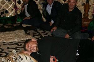Рамзан Кадыров и тигренок ©http://instagram.com/alihan777/
