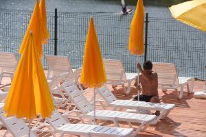 В Краснодаре открылся первый городской пляж ©Елена Синеок, ЮГА.ру