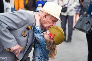 Девочка поздравляет ветерана Великой Отечественной войны во время парада на Театральной площади в честь 72-й годовщины Великой Победы. Краснодар, 9 мая ©Фото Юга.ру