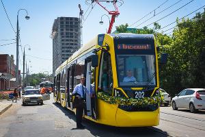 """Новый трамвай """"Метелица"""" презентовали в Краснодаре ©Елена Синеок, ЮГА.ру"""