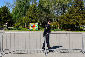 Полицейский на митинге против очередного срока президента России Владимира Путина — «Надоел». Краснодар, 29 апреля ©Фото Юга.ру