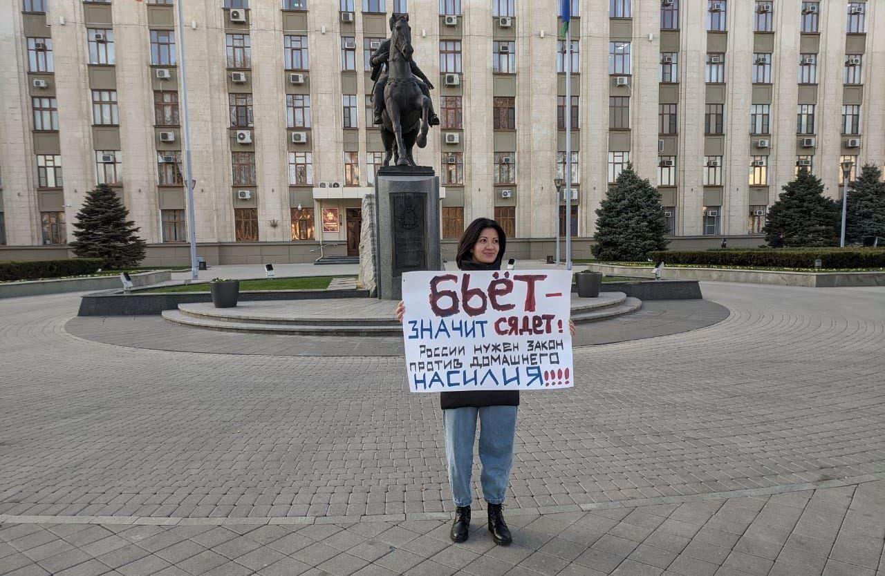 Мадина Амади на одиночном пикете против домашнего насилия ©Фото Светланы Черниковой