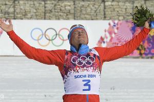 Золотой призер масс-старта в соревнованиях по лыжным гонкам Александр Легков  ©РИА Новости