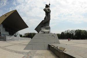 """Отреставрированный парк перед кинотеатром """"Аврора"""" ©Михаил Ступин, ЮГА.ру"""
