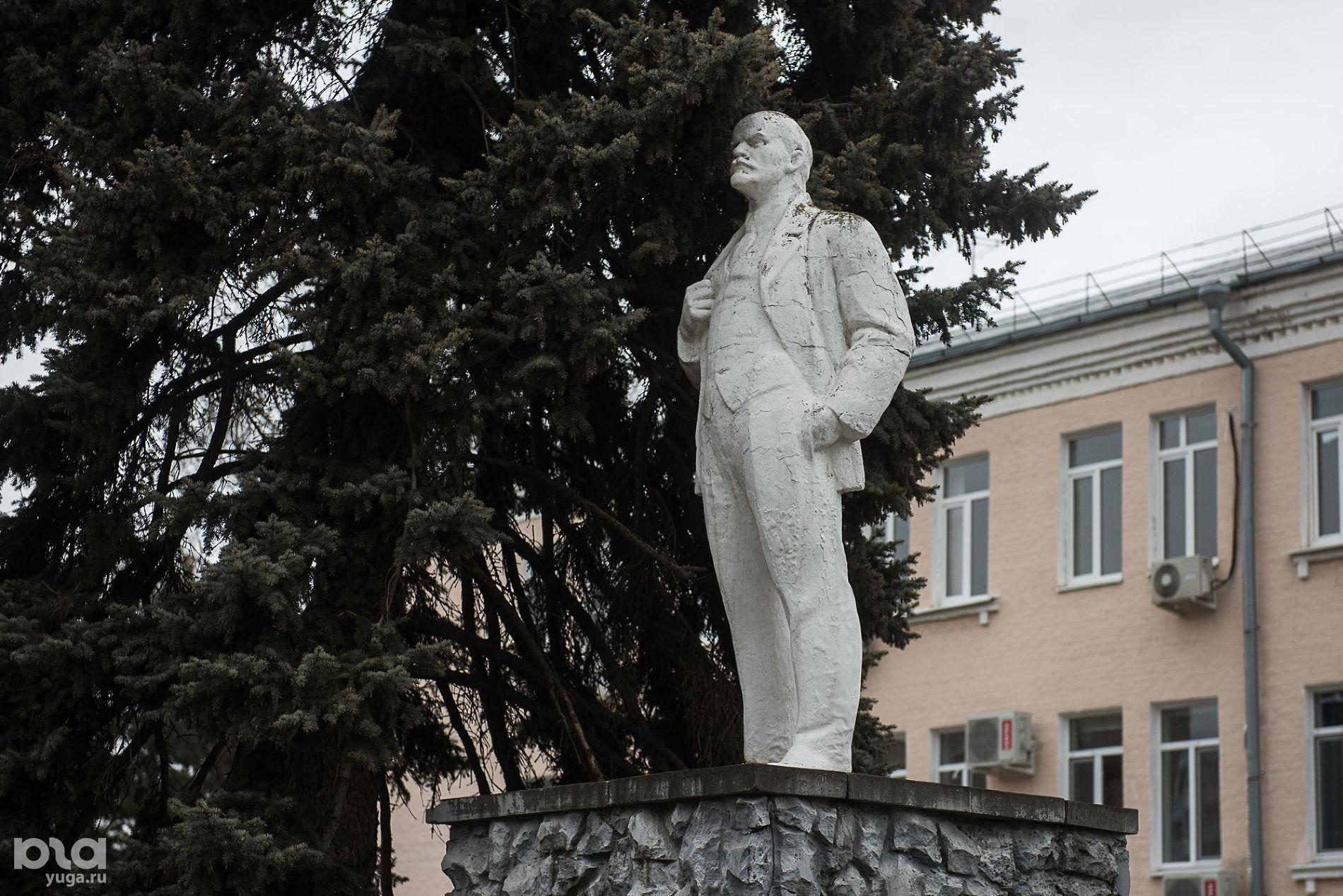 Памятник Ленину перед зданием бывшего ДК ХБК на улице Стасова ©Фото Елены Синеок, Юга.ру