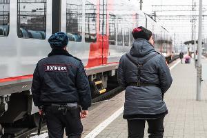 Полицейский и казак на вокзале «Краснодар-1» ©Фото Елены Синеок, Юга.ру
